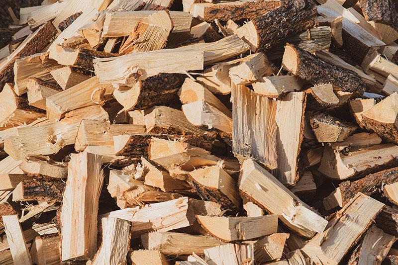Bois de chauffage et granulés de bois sont en vente à la scierie Labattut à Neuvic en Dordogne