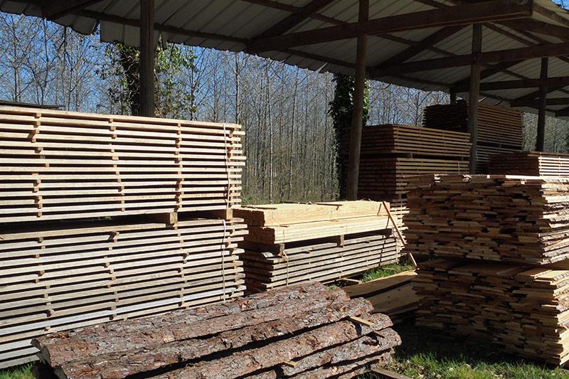 scierie Labattut à Neuvic en Dordogne, découpe de planches pour vos aménagements extérieurs,vos charpente etc.